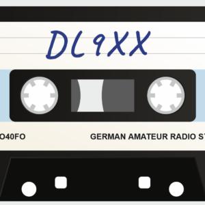 QSL-Karten Design mit Retro Musikkassette als Hintergrund