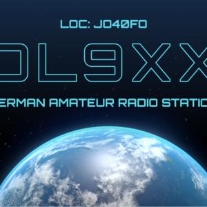 QSL-Karten Design mit Globus und Weltall als Hintergrund