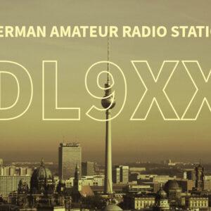 QSL-Karten Design mit Foto der Berliner Skyline im Hintergrund