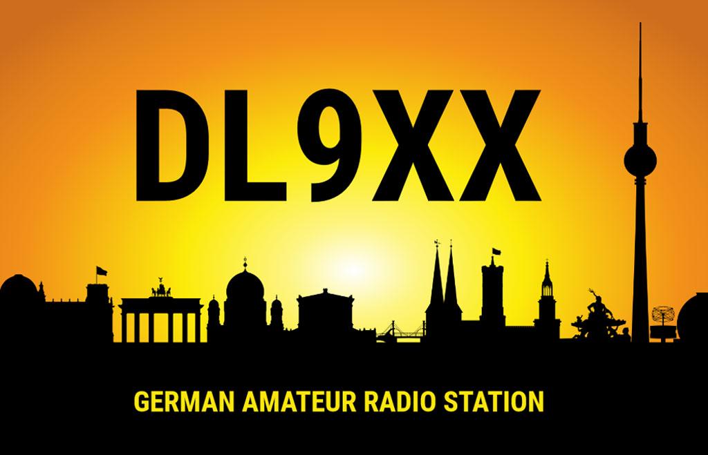 QSL-Karten Design mit Sonnenuntergang und Berliner Skyline im Hintergrund